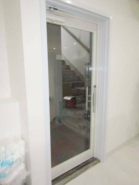 愛知県名古屋市中区「明るい印象のドアになりましたね!予想以上です♪」LIXIL ガラスドア取付工事会社【株式会社サッシ.NET】
